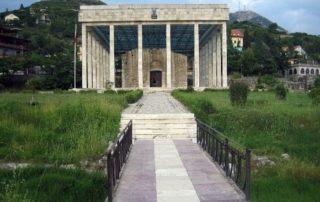 Reste der bei der osmanischen Eroberung im 15. Jahrhundert zerstörten Grabeskirche St. Nikolaus und Denkmal für den Nationalhelden Skanderbeg, Lezhë